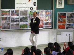 生産者出張授業風景写真 千葉市:H24春夏ニンジン出張授業 本文へスキップします。 千葉市 文字